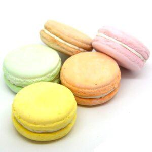 Macaron anyagában festett gipszből nagy több színben 1 db