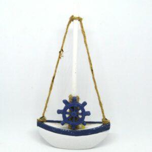 Árbocos fehér hajó kék hajókormánnyal