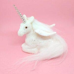 Glitteres fehér szárnyas unikornis fekvő 10 x 10 cm