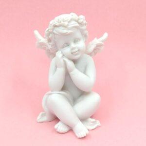 Kerámia angyal rózsás fejdísszel törökülésben 7,5 x 5,5 cm 1 db
