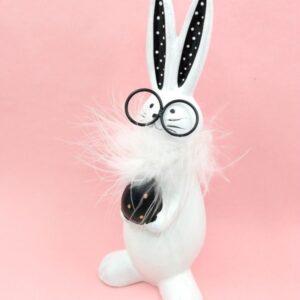 Szemüveges kerámia nyuszi figura tojással pöttyös fülű 18 cm