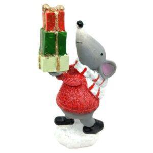Kerámia egérke ajándék toronnyal piros pulcsiban 16,5 cm 1 db
